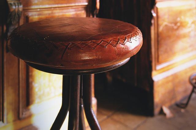 taburete de cuero rustico